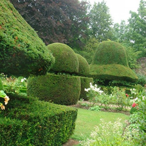 Chateau de la Balleu - C17 chateau with baroque Bretagne garden with topiary and a maze garden 2